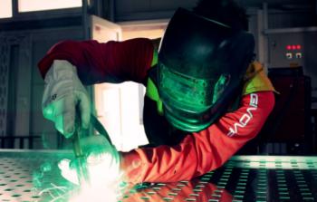 Praca za granicą dla spawacza – przydatne umiejętności i kwalifikacje